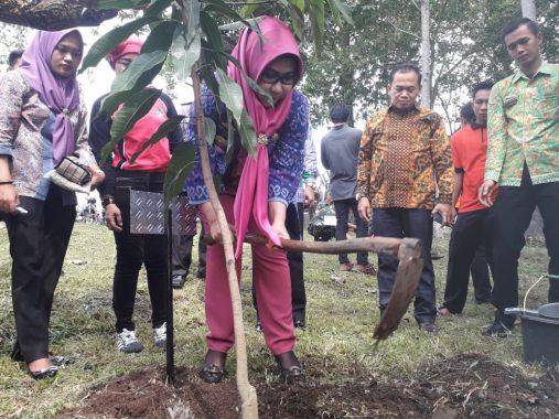 Pemkab Tanggamus dan Aqua Danone Bersih-Bersih Way Lalaan dan Tanam Pohon