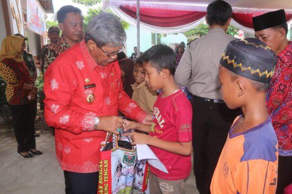 Seratusan Anak Yatim Dapat Bantuan Peralatan Sekolah dari Pemkab Lampung Tengah