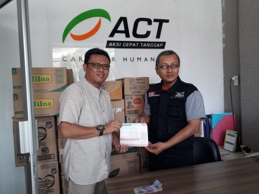 Ketua Komunitas Bandar Lampung Tersenyum Nandang Hendrawan Serahkan Donasi Palu-Donggala ke ACT