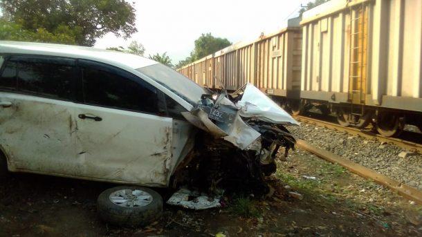 Kijang Innova Putih Terhantam Kereta Api di Perlintasan Desa Hajimena Natar Lampung Selatan