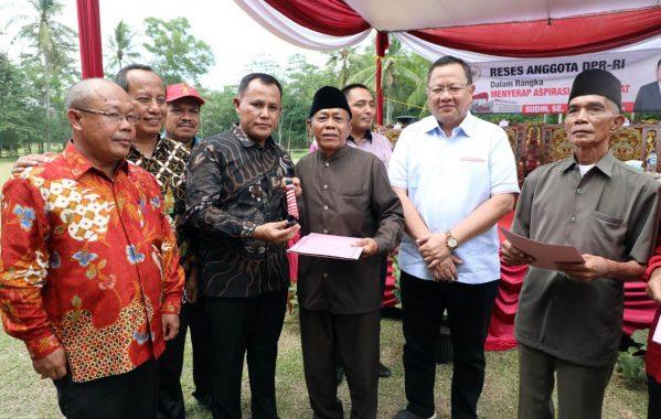 Nanang Ermanto Dampingi Sudin Salurkan Bantuan Alat Pertanian di Tanjung Bintang