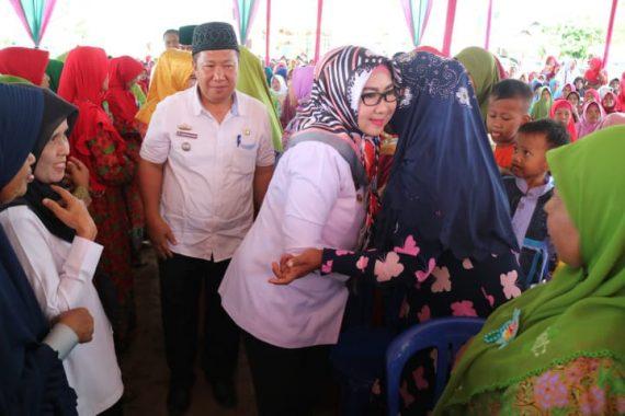 Hadiri Maulid Nabi di Pugung, Bupati Tanggamus Dewi Handajani Bagikan Bantuan Keagamaan