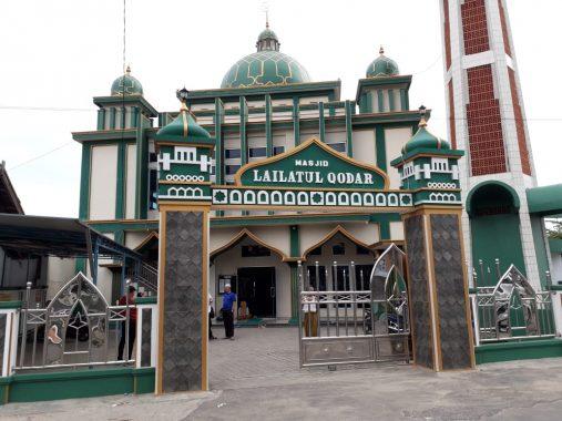 Pencuri Kotak Amal Masjid Lailatul Qadar Jalan Kiwi Terekam Pura-Pura Mau BAB