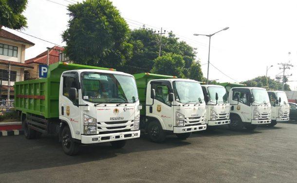 Wali Kota Bandar Lampung Herman HN Serahkan 5 Unit Mobil Pengangkut Sampah