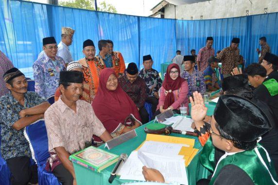 Bupati Tanggamus Dewi Handajani Hadiri Sidang Isbat dan Ikut Bagikan Buku Nikah di Semaka
