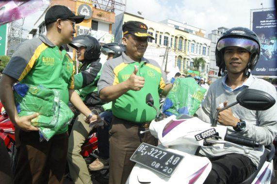 Hari Antikorupsi Internasional, Kejaksaan Tinggi Lampung Bagikan Stiker dan Kaus ke Pengendara