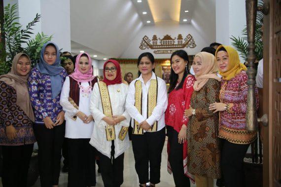 Ibu Negara Iriana Joko Widodo dan Bunda PAUD Lampung Kampanyekan Anak Makan Ikan dan Buah