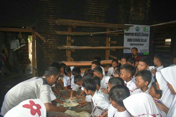 Siswa SDN 2 Gunungsulah Wisata Edukasi ke UMKM Tempe-Tahu Binaan IZI Lampung-Unila