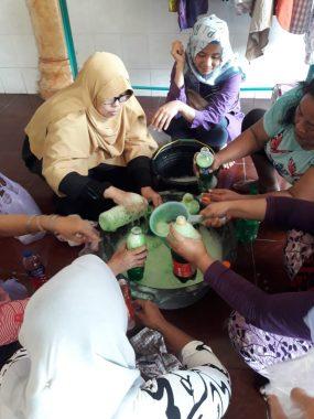 Difasilitasi Yuni Karnelis, Ibu-Ibu Gang Kenanga Sumurbatu Antusias Belajar Bikin Sabun Cuci