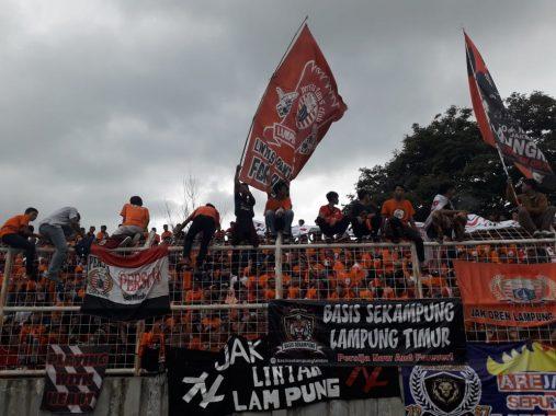 Laga Amal Persija Jakarta Vs Pra-PON dan All Star Lampung, Penonton Lakukan Gelombang Meksiko