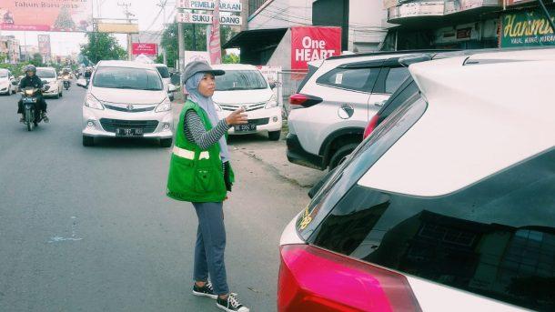 Perjuangan Anita Jadi Juru Parkir Rumah Makan Soto Betawi Jalan Antasari Demi Cukupi Kebutuhan Keluarga Sehari-Hari