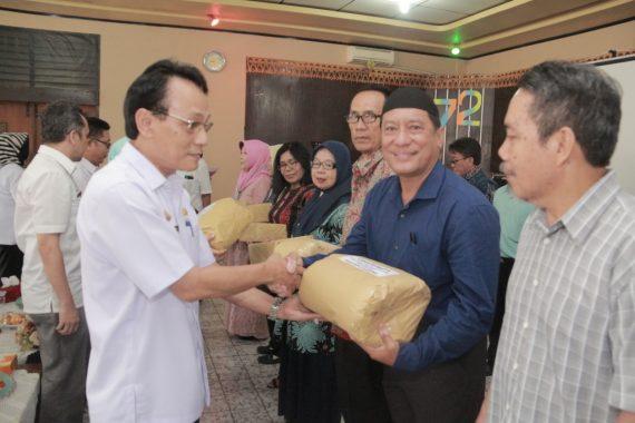 Kepala Dinas Tenaga Kerja dan Transmigrasi Lampung Lukmansyah Lepas 26 ASN Masuki Purnatugas