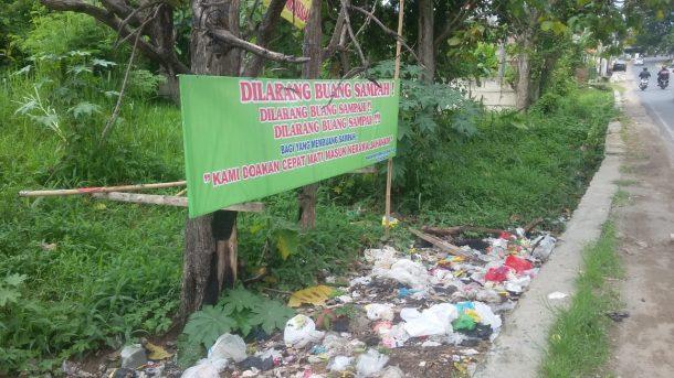 Sampah di Jalan Pulau Morotai Bandar Lampung, Sudah Dipasang Spanduk Larangan, Masih Saja Orang Buang Sembarangan