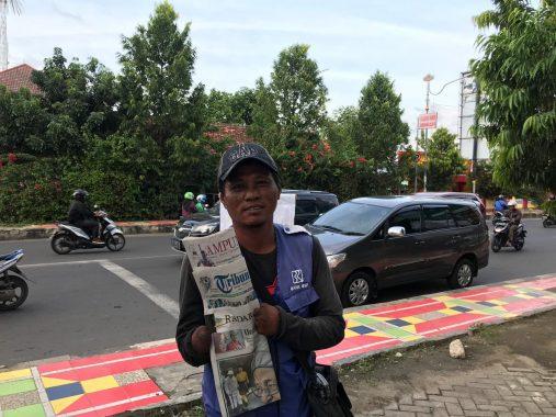 Junaedi Penyandang Disabilitas Pantang Ngemis dan Pilih Jual Koran di Bandar Lampung