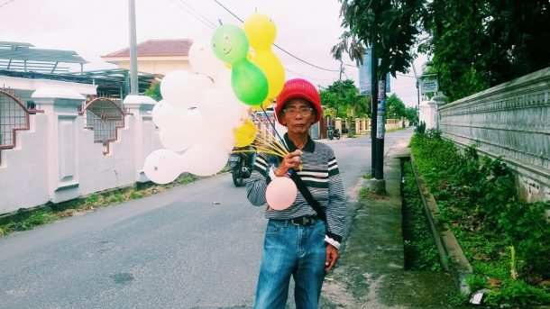 Kakek Razid di Kedamaian Bandar Lampung, Jalan Kaki 8 Kilometer Jajakan Balon Demi Makan Sehari-Hari