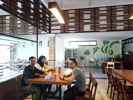 Enggal Resto, Tempat Makan Kaya Rempah Segar dengan Menu Khas Udang Almond