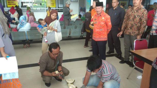 Wali Kota Bandar Lampung Herman HN Bagikan Durian dari Kebunnya buat Warga Urus KTP Elektronik