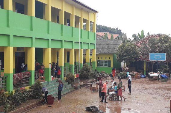 Kadis Pendidikan Minta BPBD Bersihkan Sisa Lumpur Banjir SMPN 34 Bandar Lampung