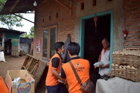 Kader PKS Bandar Lampung Bagikan Nasi Bungkus untuk Korban Banjir