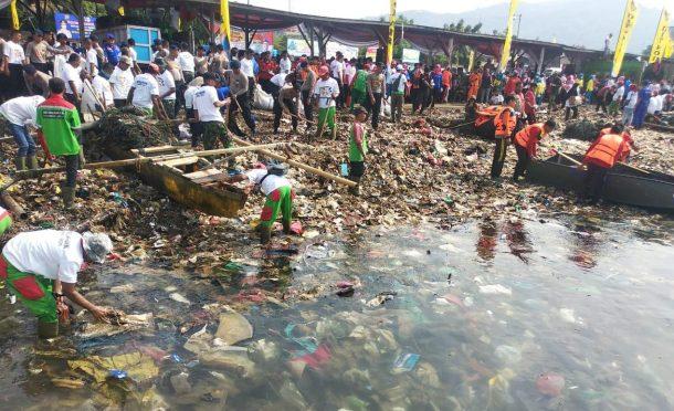 Polda Lampung dan Pemkot Bersih-Bersih Pantai Sukaraja Bandar Lampung