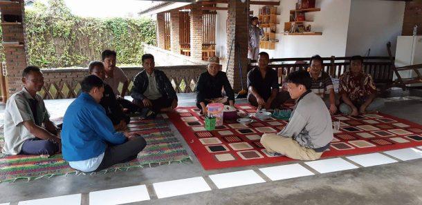 HUT Ke-55 Lampung, Anggota DPRD Provinsi Antoni Imam Pakai Baju Adat Seharian Terima Tamu di Rumah Aspirasi