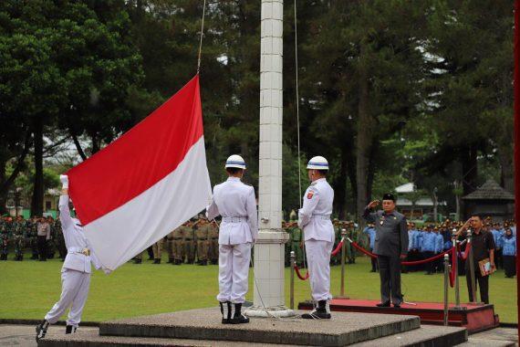 Wakil Bupati Lampung Barat Mad Hasnurin Pimpin Upacara HUT Ke-55 Lampung