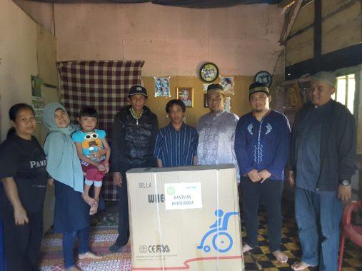 Akhmadi Sumaryanto Salurkan Kursi Roda IZI Lampung kepada Putri Ramadhoni di Air Naningan Tanggamus