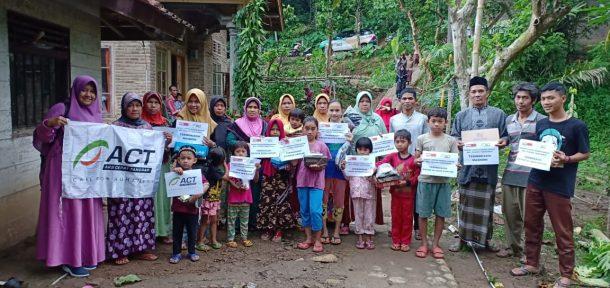 ACT Bagikan 15 Pasang Sepatu Korban Banjir Pugung Tanggamus, Anak-Anak Pun Gembira
