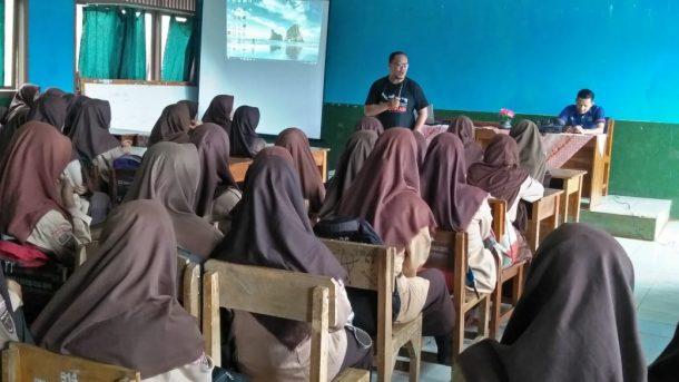 Peserta Pelatihan Jurnalistik SMKN 1 Kotaagung Timur Antusias Kerjakan Tugas
