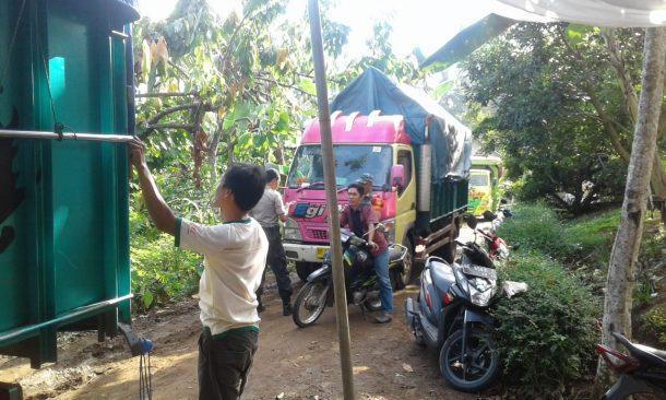 Dikawal Petugas, PPK Kotaagung Timur Angkut Logistik Pemilu ke Gudang KPU Tanggamus