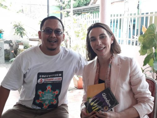 Pemred Jejamo Berikan Cendera Mata untuk SNV