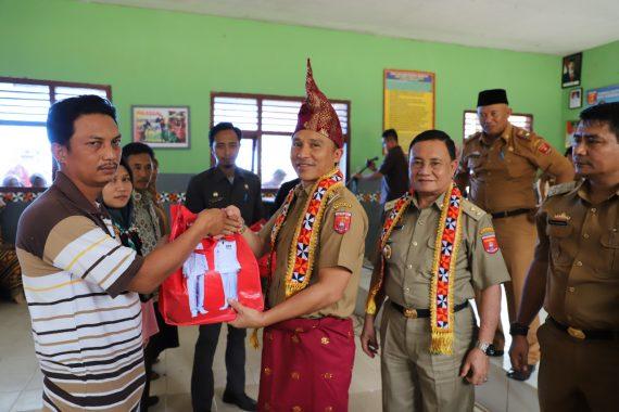 Advertorial: Program Parosil-Mad Hasnurin Hebat, Bagikan Seragam ke Semua Siswa di Lampung Barat
