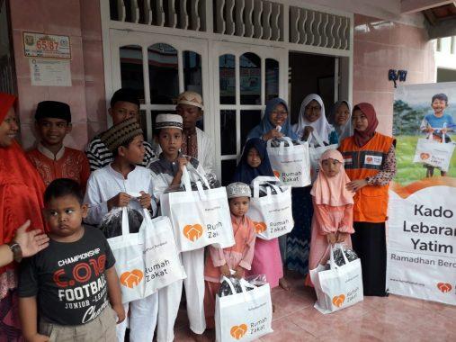 Anak Yatim Sekitar Kantor Jejamo.com Dapat Bingkisan Lebaran Rumah Zakat, Ketua RT 8 Kebonjeruk Riyadi Menangis