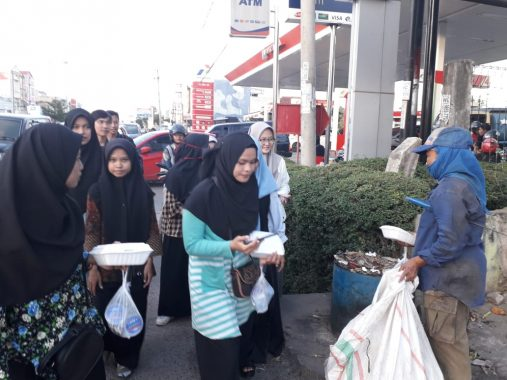 UKMF Risef dan LDF Ikrimah UIN Raden Intan Lampung Bagikan Makanan Berbuka Puasa di Jalan Antasari