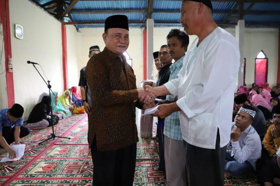 Wakil Bupati Lampung Barat Mad Hasnurin Salurkan Bantuan untuk Rumah Ibadah