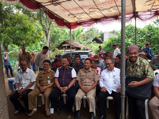 Anggota DPR Sudin dan Dirjen Perkebunan Kementerian Pertanian Bagikan Mesin Pengupas Kopi