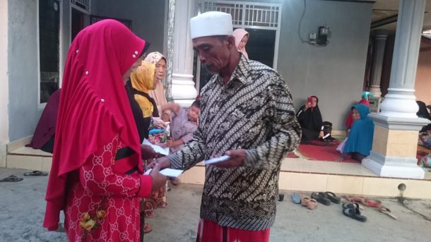 Anggota Pengajian Masjid Nurul Mukmin Banjarsari Metro Utara Santuni Duafa