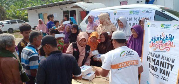 Penyintas Tsunami Selat Sunda Nikmati Hidangan Humanity Food Van ACT