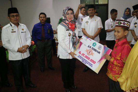 Bupati dan Wakil Bupati Tanggamus Serahkan Penghargaan Kafilah MTQ