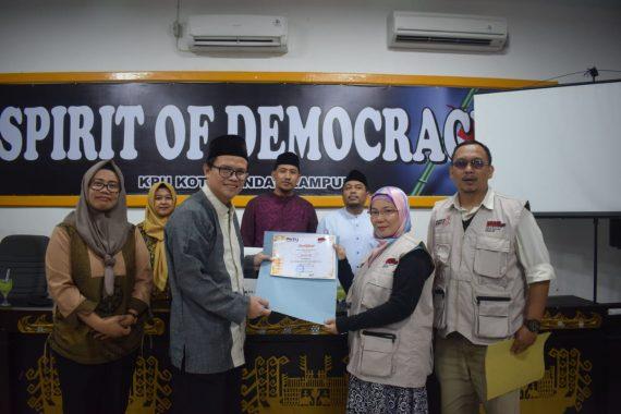 Buka Puasa Bersama, Ketua KPU Bandar Lampung Fauzi Heri Bagikan Sertifikat Relawan Demokrasi