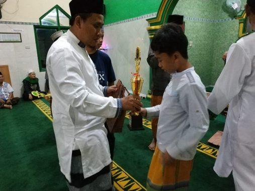 Ketua Takmir Masjid Al Falah Korpri Sukarame Sidik Efendi Bagikan Hadiah Semarak Ramadan