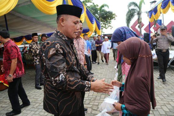 Usai Buka Pasar Murah, Nanang Ermanto Serahkan 120 Paket Sembako untuk Anak Yatim