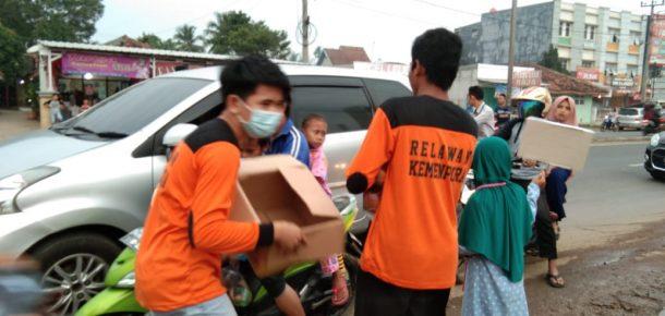 Relawan Kemenpora Lampung Bagikan Makanan Berbuka Puasa di Posko Mudik Natar