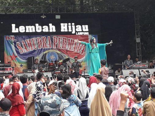 Rara Lida Indosiar Hibur Pengunjung Taman Wisata dan Satwa Lembah Hijau