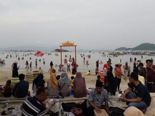 Pantai Sari Ringgung Dipadati Ribuan Pengunjung, Turun Jika Dibandingkan Tahun Lalu