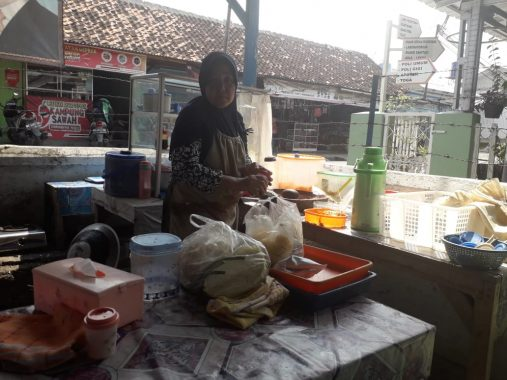 Datangi Kantor Lurah Sawah Lama, Wali Kota Bandar Lampung Herman HN Borong Pecel dan Gorengan