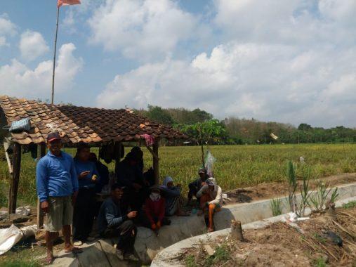 Warga Tiyuh Karta Tulangbawang Barat Gotong Royong Rawat Irigasi