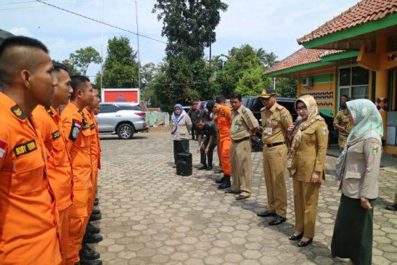 Bupati Tanggamus Dewi Handajani Lepas Tim Pencari Nelayan Hilang di Perairan Pantai Gigi Hiu