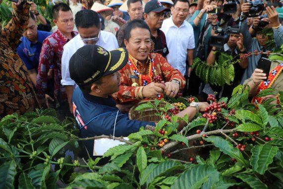 Gubernur Arinal Djunaidi Buka Festival Kopi dan Resmikan Sekolah Kopi di Lampung Barat