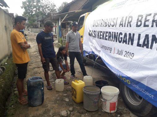 ACT Lampung Bagikan Air Bersih, Warga Jalan Rusa Kelurahan Sukamenanti Kecamatan Kedaton Tertib Antre